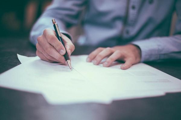 С гражданскими служащими заключается служебный контракт