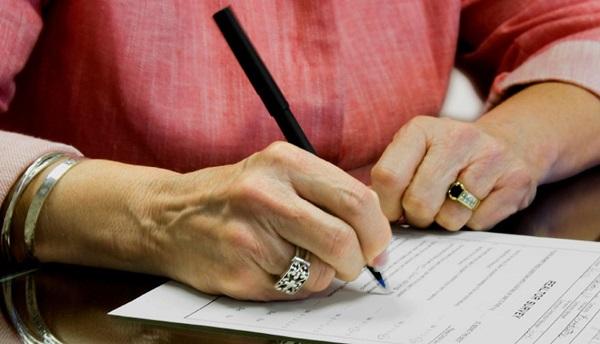 Процедура отмены или изменения завещательного документа производится у нотариуса и регламентируется законодательными актами. Период между составлением первоначального варианта документа и вторым обращением наследодателя не имеет значения