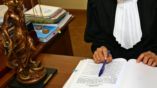Говоря о поведении судьи вне места работы, подразумевается ненарушение им различных законодательных актов, а также других принципов, оговоренных в КСЭ