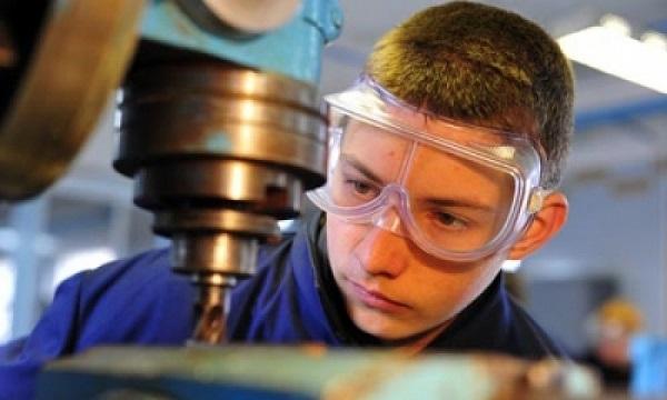 Работающие лица до 18-ти лет могут оформиться на дополнительную работу, если она не связана с вредным или опасным производством
