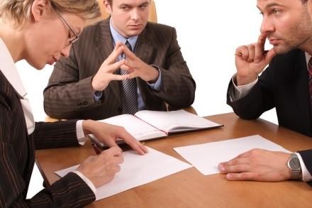 Подать заявление в суд вы можете несколькими способами: один из них потребует вашего присутствия на разбирательствах, второй же даст возможность уладить все без траты времени