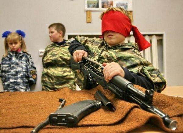 Юношам рассказывают об устройстве оружия, они посещают мероприятия, где могут обучиться каким-либо военным навыкам