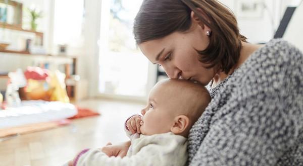 Если ребенка воспитывает мать-одиночка, разрешение отца не нужно