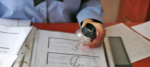 Определением поддельной подписи занимаются почерковеды