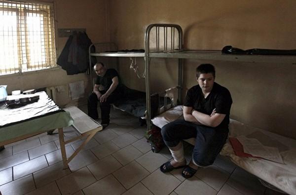 Заключенному обеспечиваются постельное белье, столовые принадлежности