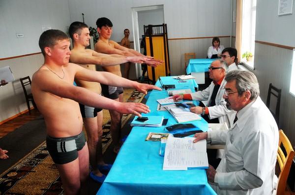 Перед призывом в армию юноши проходят медкомиссию