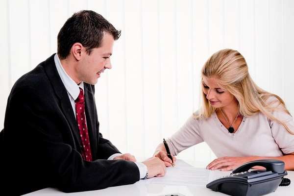Прежде чем подписать составленный документ, работник должен внимательно его изучить. Поставив свою подпись под неизвестным текстом, можно в дальнейшем приобрести многочисленные неприятности