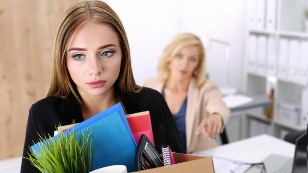При увольнении сотруднику отдают трудовую книжку, где указано, что он уволен по собственному желанию