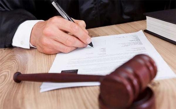 При обращении в суд нужно предоставить доказательства о факте подделки подписи