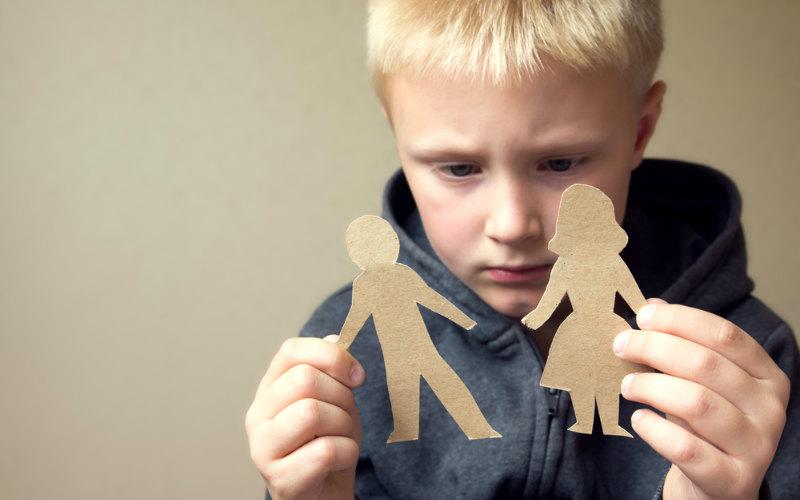 Через суд родители должны определить, у кого будет проживать ребенок и кто будет платить алименты