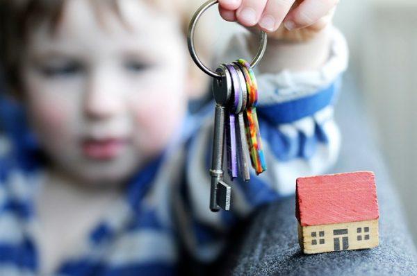 Согласно букве закона, вы имеете полное право на проведение регистрации ребенка в квартире или ином жилом объекте, без получения на проведение данной процедуры согласия других членов вашей семьи, проживающих на ней