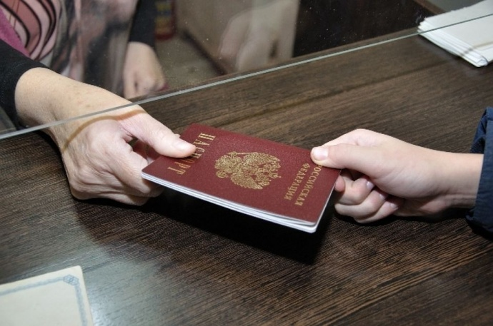 Документы вместе с заявлением на регистрацию передаются сотрудникам паспортного стола