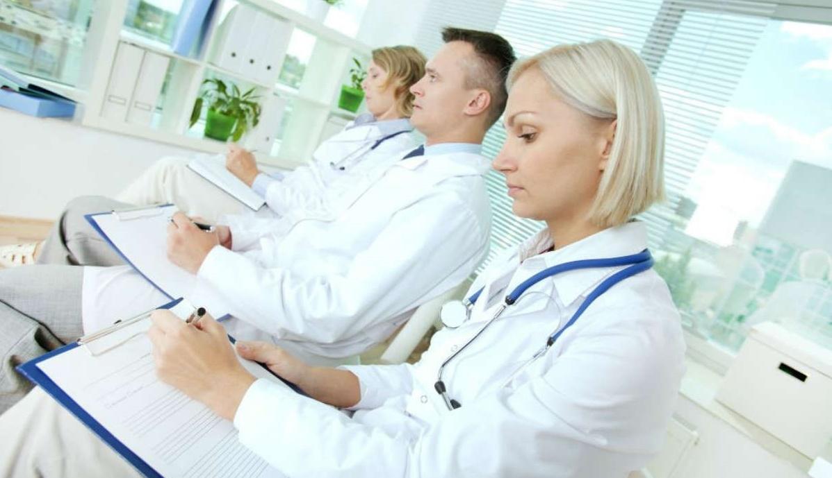 На экспертизе присутствует несколько специалистов, задачей которых является изучение документации и опрос пациента
