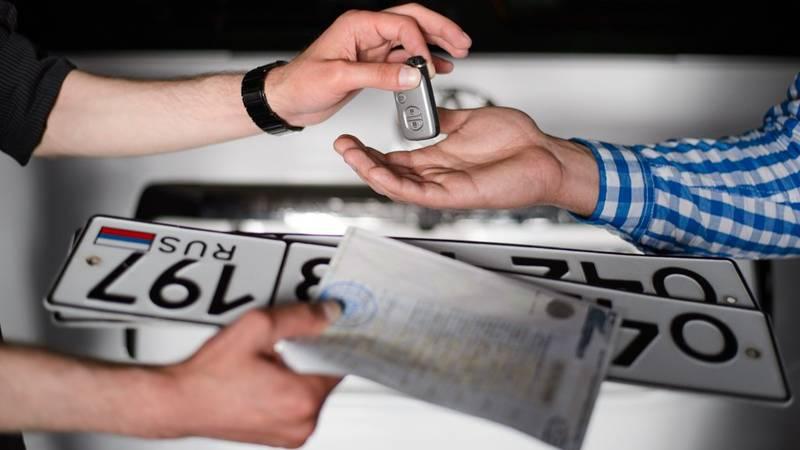 Номерные знаки выдаются водителю в том случае, если он решил не оставлять прежние