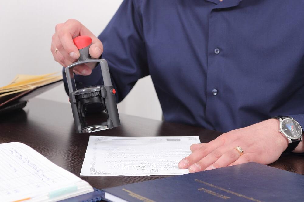 Нотариус может как составить договор с нуля, так и проанализовать уже составленный и указать на недочеты
