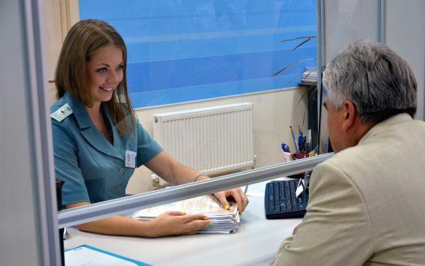 Передача документа осуществляется непосредственно в налоговую инспекцию, территориально принадлежащую к месту вашего проживания