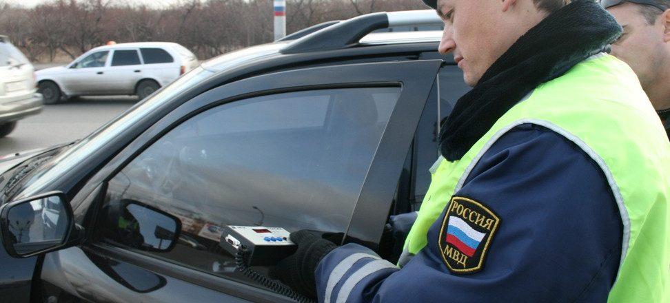При первой остановке инспектор ГИБДД оставляет водителю предупреждение, после которого тот обязан избавиться от неправильной тонировки