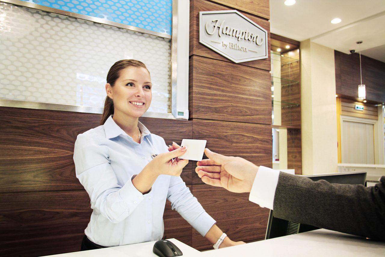 При проживании гражданина в гостинице, вопросами прописки занимается в том числе ее администратор