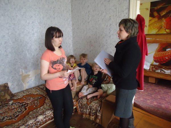 Сотрудник отдела опеки проверяет состояние приемных детей