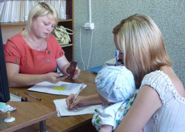 Сотрудник отдела социальных выплат объясняет, почему нельзя получить единовременную выплату на ребенка
