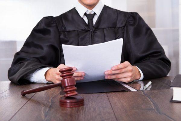 Судья выносит решение о продлении срока на получение пособия при рождении ребенка