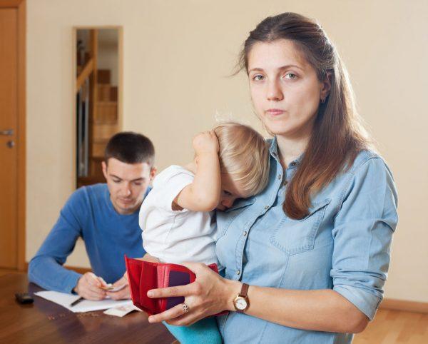 """Довольно часто встречаются ситуации, при которых только один супруг """"тянет"""" на себе всю семью, тогда как второй бездельничает или скрывает получаемые средства, тратя их на иные нужды, не относящиеся к его близким людям"""