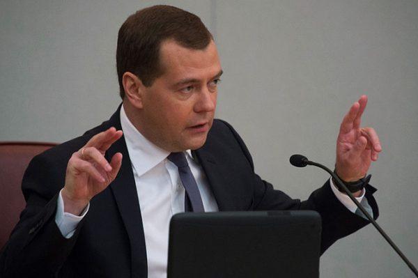 Тот, у кого есть право законотворческой инициативы, выдвигает законопроект во время очередного заседания депутатов ГД РФ