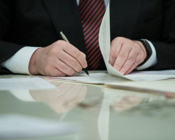 Принятый сенаторами законопроект попадает на стол к президенту, который должен его подписать не позднее 14 дней
