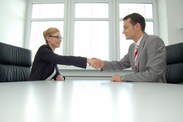 Бывшие госслужащие имеют право устраиваться на другое место работы