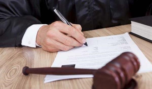 Если другие судебные дела, в коих участвует одна из сторон, имеют первостепенную значимость по отношению к инициированному ныне процессу, то он будет временно приостановлен
