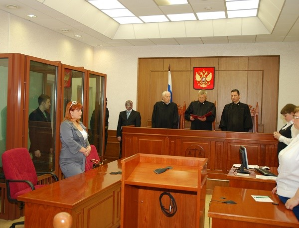 Суд должен зафиксировать принятое о приостановлении решения путем оглашения мотивированного заявления, содержащего сведения об основаниях и доказательствах, послуживших причиной для их учета