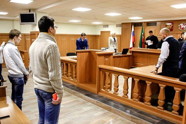 Участники процесса и все присутствующие на заседании встают при входе коллегии судей в зал и выходе из него