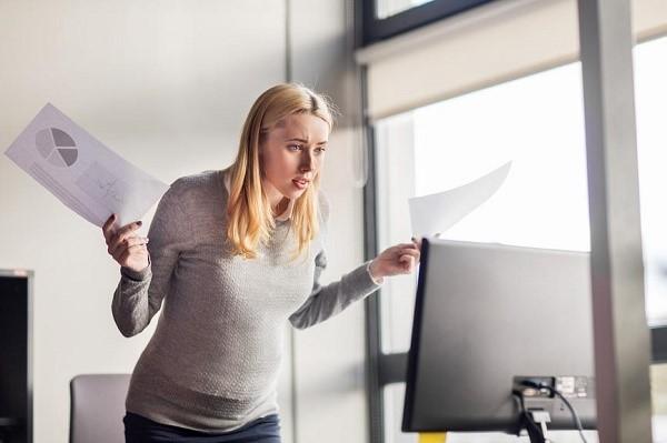 Если вы решили отправиться на поиски другой работы, или вам мешают продолжать трудиться на текущей должности иные обстоятельства, то составьте заявление на увольнение, указав в нем, что добровольно желаете покинуть пост в организации