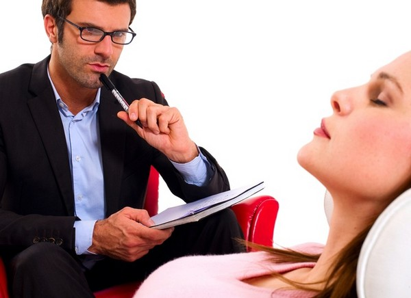 Специалисты-психологи, медики, соцработники стремятся убедить женщину, что ее поступок опрометчив