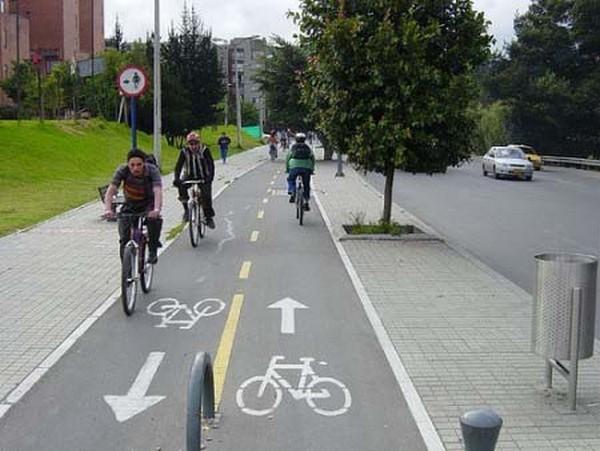 Существуют специальные велопешеходные дорожки