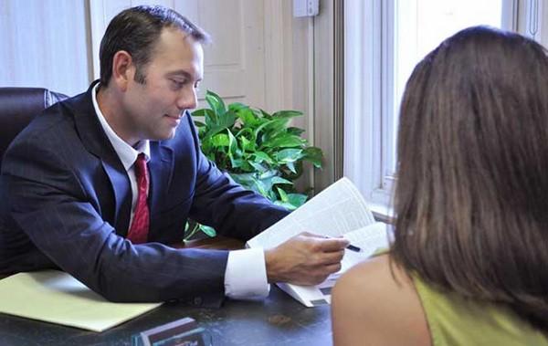Адвокаты могут опрашивать участников рассматриваемого дела, собирать документы, предметы, относящиеся к преступлению, и проч.
