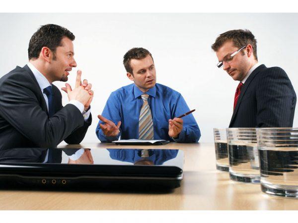 Перед очной ставкой следователь интересуется у допрашиваемых о характере их отношений