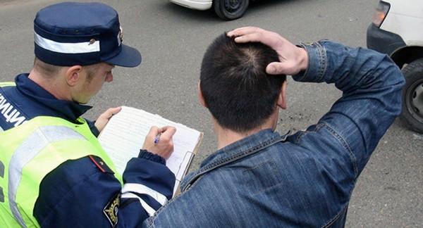 Штраф может быть выписан инспектором ГИБДД или назначен в суде
