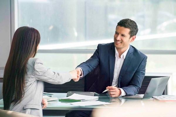 Адвокат вправе нанимать для сотрудничества стажеров и помощников