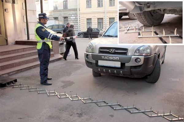 Если нарушитель ПДД – водитель автомобиля – отказывается останавливаться, полицейские имеют право на использование спецсредств