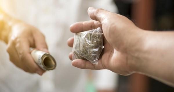 За перевозку, распространение, хранение наркотиков положен штраф, а также лишение свободы на определенный срок