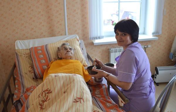 Часто пожилые люди не могут элементарно себя обслуживать, и ухаживающие должны помогать им в этом