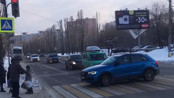 На пешеходном переходе разворачивать машину нельзя