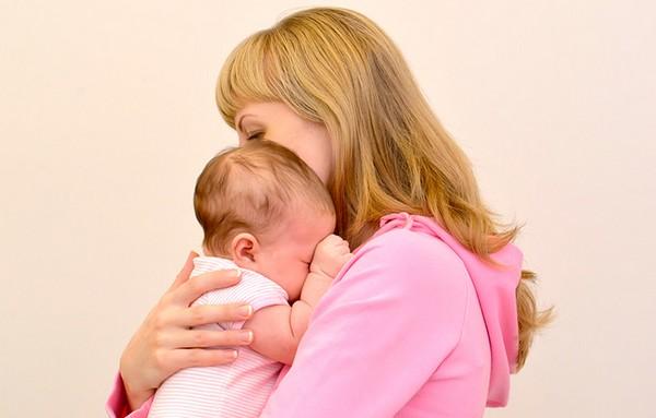 Мать может вернуть ребенка, если его не усыновила другая семья, а также если это ей позволит сделать суд