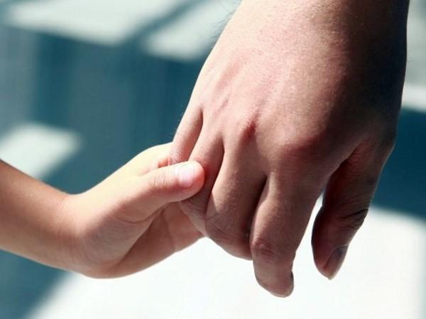Назначение выплаты может производиться как биологическим родителям ребенка, так и его усыновителям, а кроме того опекунам, за него отвечающим