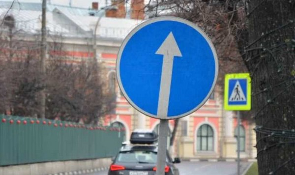 Как правило, такой знак устанавливают на узкой проезжей части