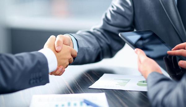 Выступать управляющим может только лицо, имеющее право на ведение предпринимательской деятельности, а также соответствующие навыки, то есть ИП или коммерческая организация