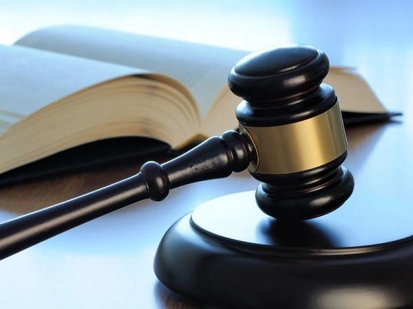В ряде случаев можно потребовать приостановления производства непосредственно от судебного пристава-исполнителя, который обязан среагировать на ваше ходатайство в установленном законом порядке