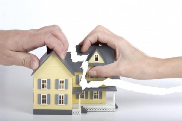 Если никак не можете выйти на связь с прочими владельцами общего жилья, дайте на сайте Росреестра соответствующее объявление. Если его не увидят ваши родственники, в этом случае закон не воспрепятствует продаже