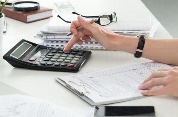 Премии облагаются налогом, так как это доходы сотрудника